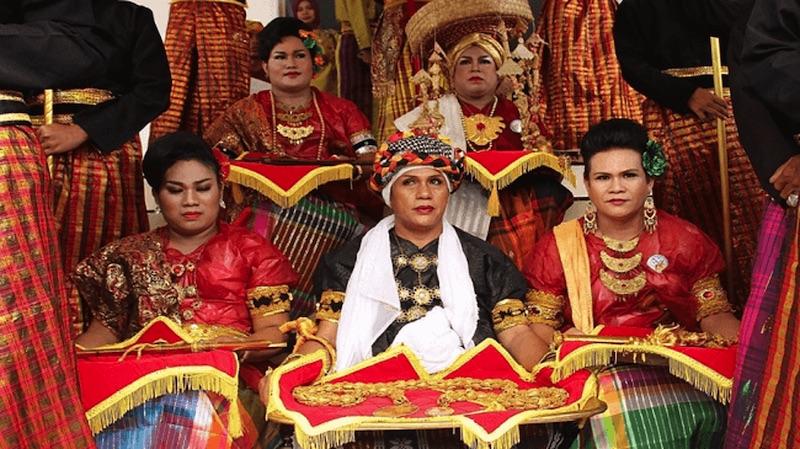 Il quinto genere del popolo bugi in Indonesia durante una cerimonia